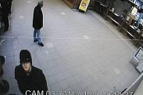 Přepadení pošty v Hranicích - lupič při pohledu do bezpečnosní kamery