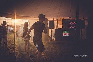 V Hranicích se konal v pátek a v sobotu festival Letiště, který láká každý rok na skvělou hudbu, ale také divadlo a performanci.