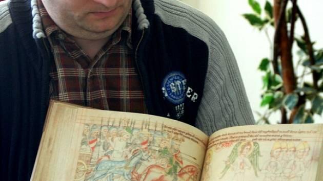 Napodobenina středověké Velislavovy bible, kterou zpracovala tiskárna v Horní Moštěnici, dobývá svět. Knihu již dostal prezident Václav Klaus, zamíří i k papeži Benediktu XVI. či ruskému prezidentu Vladimíru Putinovi.
