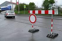 Kvůli opravě vozovky v hranické ulici Nová narážejí řidiči v těchto dnech na zákazy vjezdu.