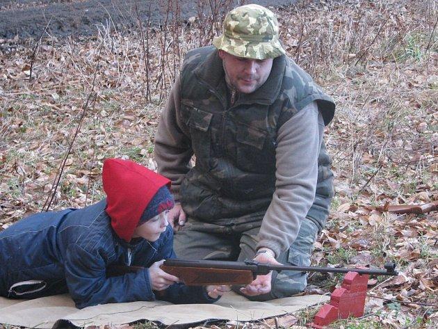 Dětem se na branném závodě v Drahanském lese nejvíce líbila střelba.