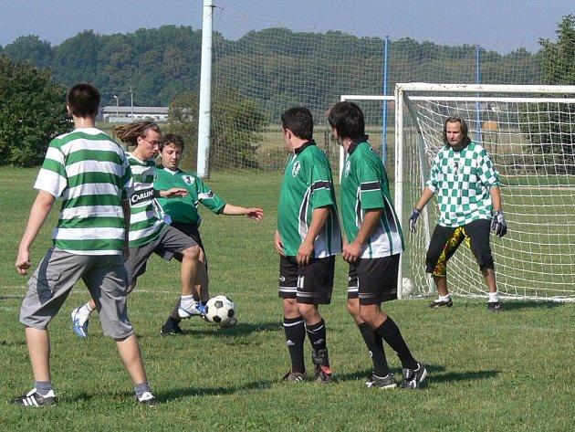 "Populárního turnaje v malé kopané ""O bečku Travexu"" se zúčastnilo dvacet týmů."