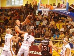 Orlům se nedařilo zastavit útoky novojičínských basketbalistů.