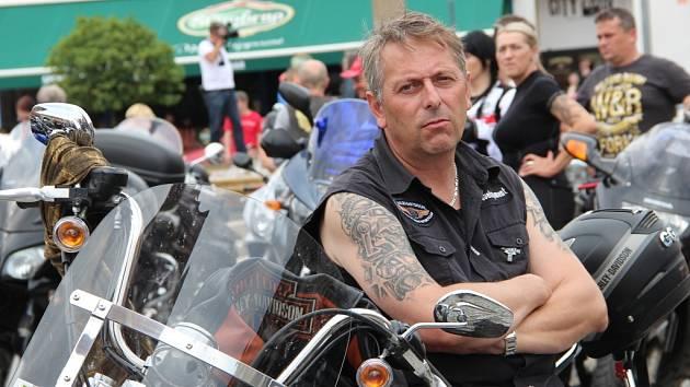 Na sto padesát motocyklů mohli obdivovat lidé, kteří se přišli podívat v sobotu na Masarykovo náměstí v Hranicích. V kostele Stětí sv. Jana Křtitele se konala tradiční motorkářská mše, která je součástí zahájení sezony.