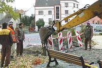 Opravují chodník.