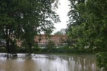 V úterních ranních hodinách se v Kojetíně řeka vylila a zatopila místní sportovní areál.