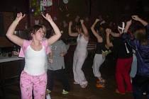 Lidé se bavili na parketu v pyžamech letos již počtvrté.