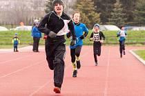 Hranický Lukáš Kobliha (vlevo) si doběhl pro zlato v kategorii mladších žáků. Přispěl tak k sedmi medailím domácích atletů.