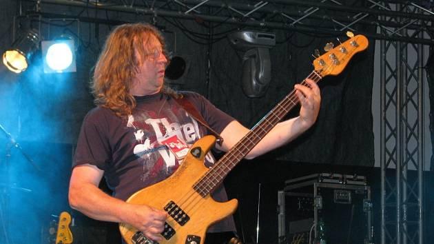 Václav Vlasák, baskytarista skupiny Citron. V Hranicích provozuje restauraci, penzion a Divadlo Stará střelnice.