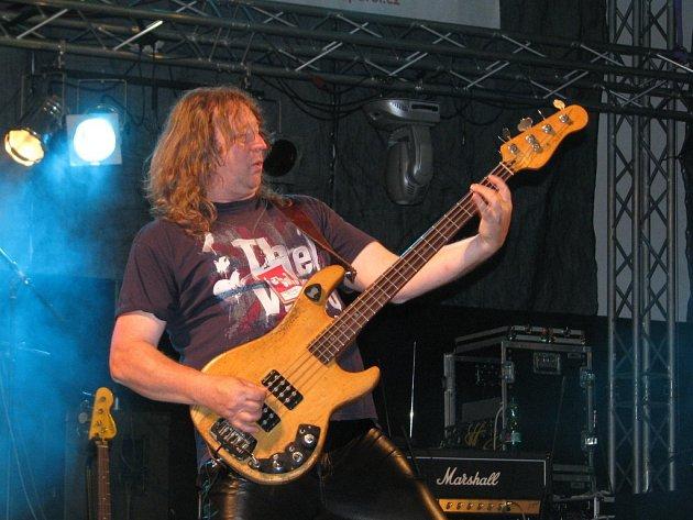 Václav Vlasák, baskytarista skupiny Citron, oslavil 1.února své významné životní jubileum. VHranicích provozuje restauraci, penzion ale především Divadlo Stará střelnice.