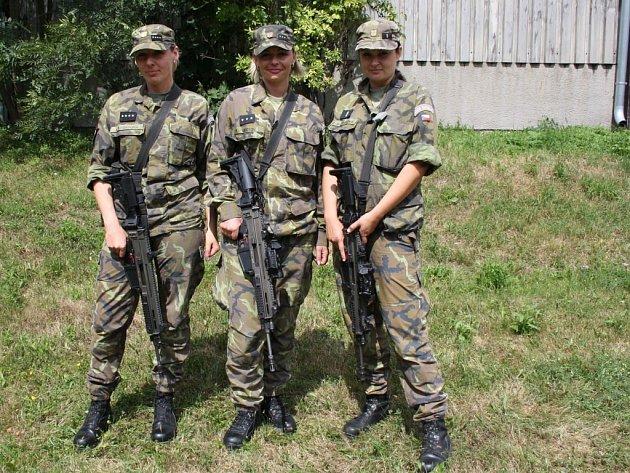 Zleva Petra Lajgotová, Alena Sookyová a Zuzana Jandásková vyhrály ve vojenské Střelecké soutěži velitele 7.mechanizované brigády vHranicích. Úspěchy sklízí ina ostatních celorepublikových kláních ženských praporů.