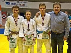 Judisté David Šatánek, Nikol Orságová, Martin Bezděk s koučem Markem Nadvorníkem (zleva) uspěli na MČR v Brně.