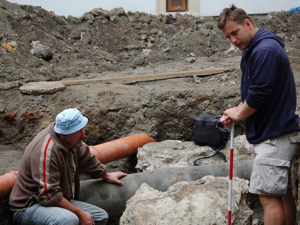 Na nádvoří zámku nalezli přerovští archeologové pozůstatky zástavby domů.