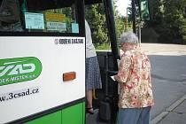 Hraničtí senioři si stěžují, že řidiči autobusů městské hromadné dopravy zastavují daleko od chodníků
