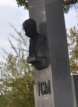 VJezernici zmizela tato bronzová busta T. G. Masaryka