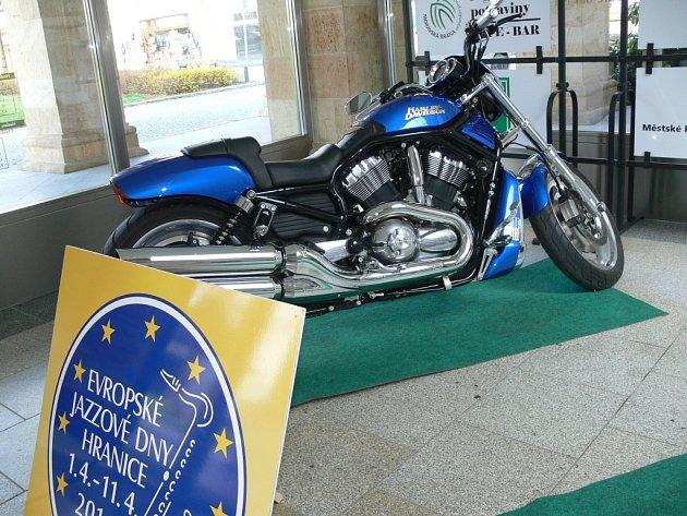 Na Evropské jazzové dny vHranicích tradičně upozorňuje vystavený Harley Davidson