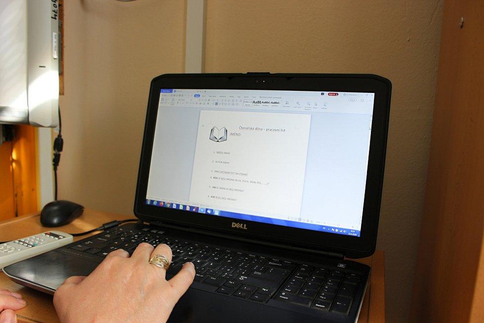 Třídní učitelka 2.B Alena Hlaváčová při ZŠ a MŠ Šromotovo Hranice začala své žáky učit on-line.