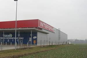Pro obchodní zónu je vedle hypermarketu k dispozici přes osm tisíc metrů čtverečních.