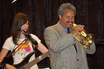 Jazzové trio pod vedením Petra Stojana vystoupilo spolu s trumpetistou Lazarem Cruzem  v sále školy své umění