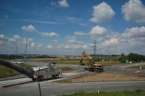 Stavba okružní křižovatky Na Horecku