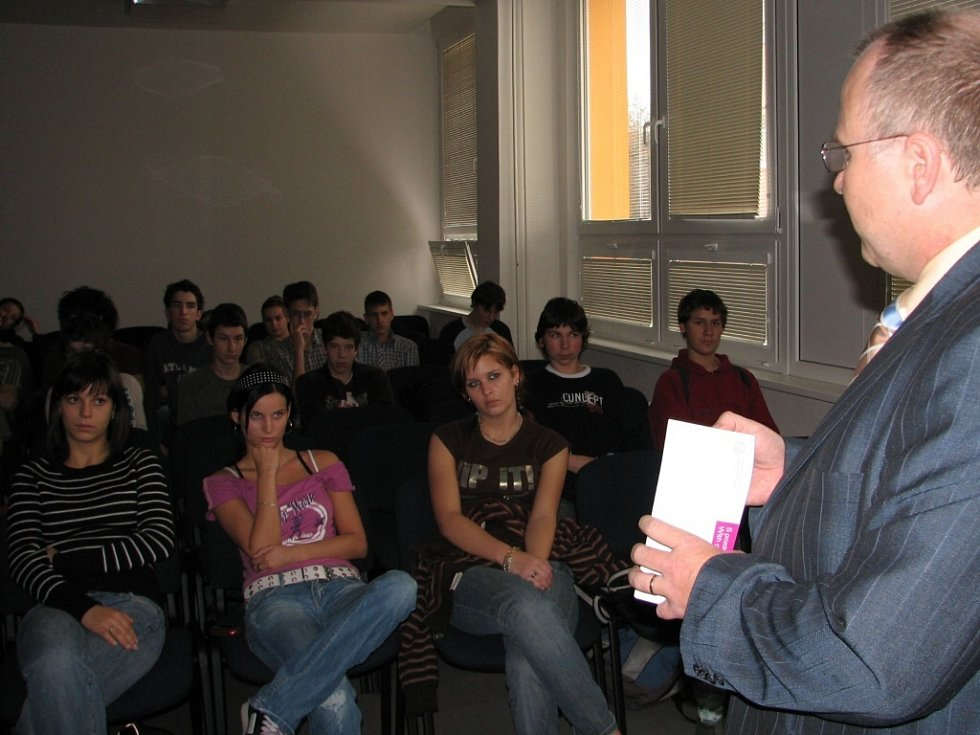 Šéf úřadu přijel besedovat se studenty.