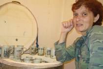 Marcela Palíšková je ve své keramické dílně obklopená desítkami hrníčků a misek.