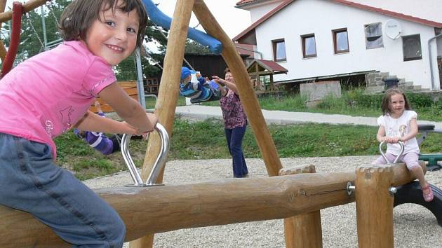 Děti mají o nové houpačky v Partutovicích obrovský zájem