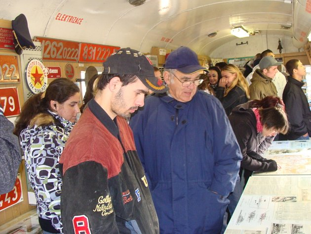 Bývalý strojvůdce Václav Simbartl (na snímku v modré bundě a kšiltovce) představuje ve speciálním vlaku svou rozsáhlou sbírku s tematikou železnice.