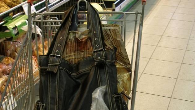 Lidé nahrávají zlodějům i tím, když nechají bez dozoru nákupní vozík se svými věcmi.