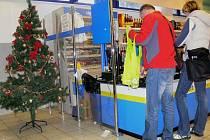 Některé obchody v Hranicích už lákají zákazníky na vánoční atmosféru.