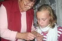 S netradiční technikou zdobení kraslic pomáhala ženám z Vlkoše zkušená odbornice z Jižní Moravy Anna Krhovská.