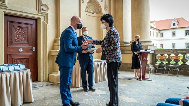 Učitelka Střední odborné školy Hranice Marcela Robová obdržela medaili ministerstva školství.