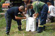 Hráz rybníka mezi Bělotínem a Polomí ve čtvrtek 25. června do večera strážili hasiči s technikou.