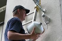 S instalací kamery na protilehlé budově školy se začalo v úterý 22. července.