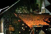 Střechu rekonstruované budovy v Hranicích pohltily plameny