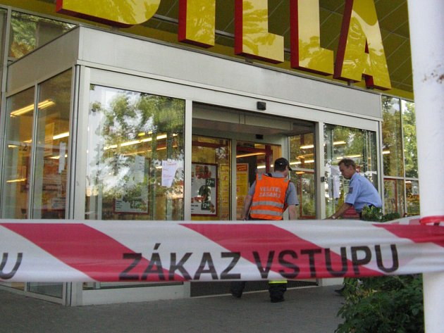Celý objekt musel být evakuován a na místě zasahovaly jednotky z Přerova a Hranic.