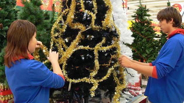 V marketech už lze v těchto dnech zakoupit adventní věnce, baňky a další vánoční ozdoby, včetně umělých stromků.
