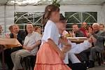 Zdejší děti zatančily country tance.