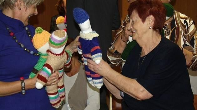 Klub Kiwanis věnoval dětskému oddělení hranické nemocnice ručně vyrobené panenky.
