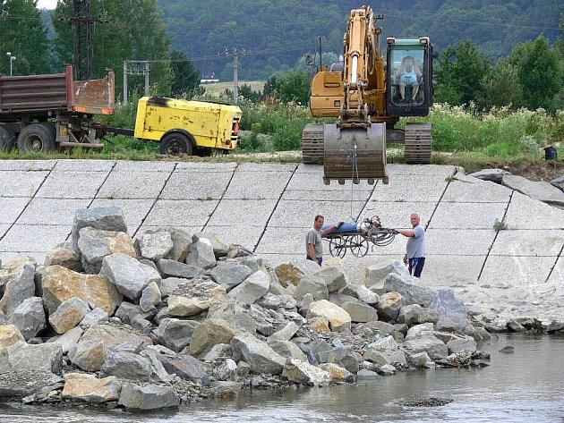 Pod hranickým jezem na řece Bečvě vytváří Povodí Moravy kamenný práh s larsenovou stěnou