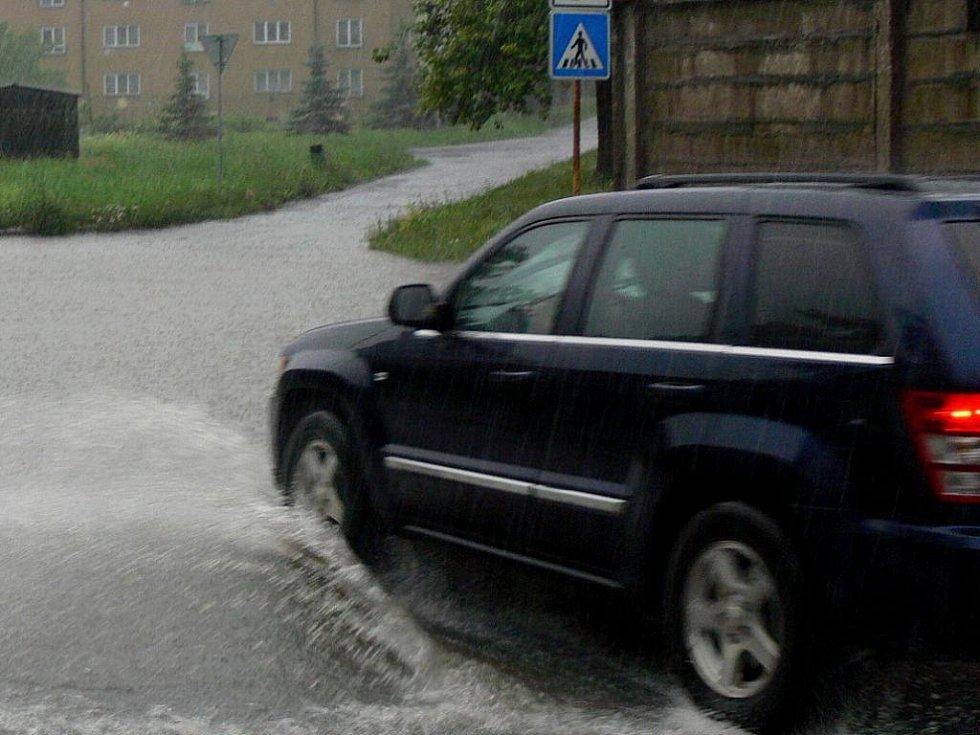 Vytrvalý prudký více než hodinový déšť do Hranic dorazil po sedmé hodině večer, hromy se nad městem rozléhaly ještě kolem půl deváté.