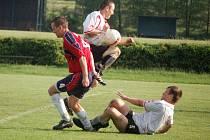 Želatovičtí fotbalisté (v bílém) doma podlehli 1:3 Mikulovicím, které už mají zajištěný postup do divize.