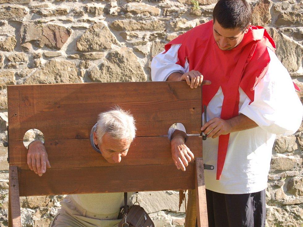 Středověká mučidla si mohli návštěvníci vyzkoušet na vlastní kůži.