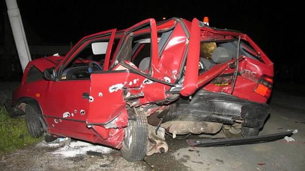 Opilý řidič vozu Volkswagen nezvládl jízdu v zatáčce a narazil do škody felicie, stojící u cesty.