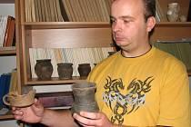 Keramické nádoby v rukách archeologa Pavla Fojtíka byly nalezené u Olšan u Prostějova a pocházejí ze střední doby bronzové.