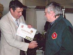 František Hošek přebírá zlatou medaili od zástupce Včelařského výzkumného ústavu v Dole Ing. Dalibara Titěry, CSc.