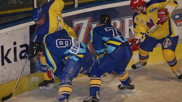 Ten, kdo přišel na hokej až v průběhu utkání, se musel asi hodně divit. Šternberk totiž přijel nepochopitelně s tmavými dresy a tak se musel převléci do světlého, k čemuž mu posloužily žluté dresy přerovské juniorky.
