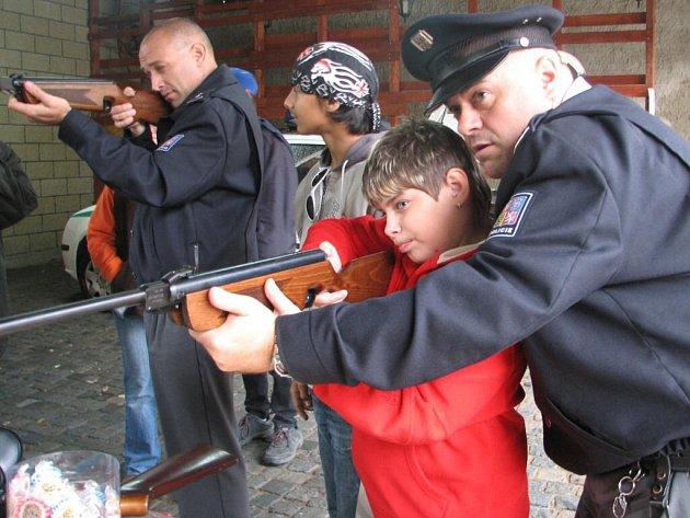 K líci zbraň, zamířit, pal!