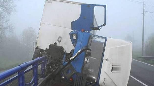 Řidič avie nezvládl v noci na úterý zatáčku na začátku Milotic nad Bečvou.