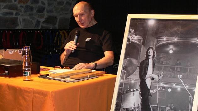 Hudební publicista Jiří Černý komentoval písničky hudební legendy zpěváka Petra Nováka.